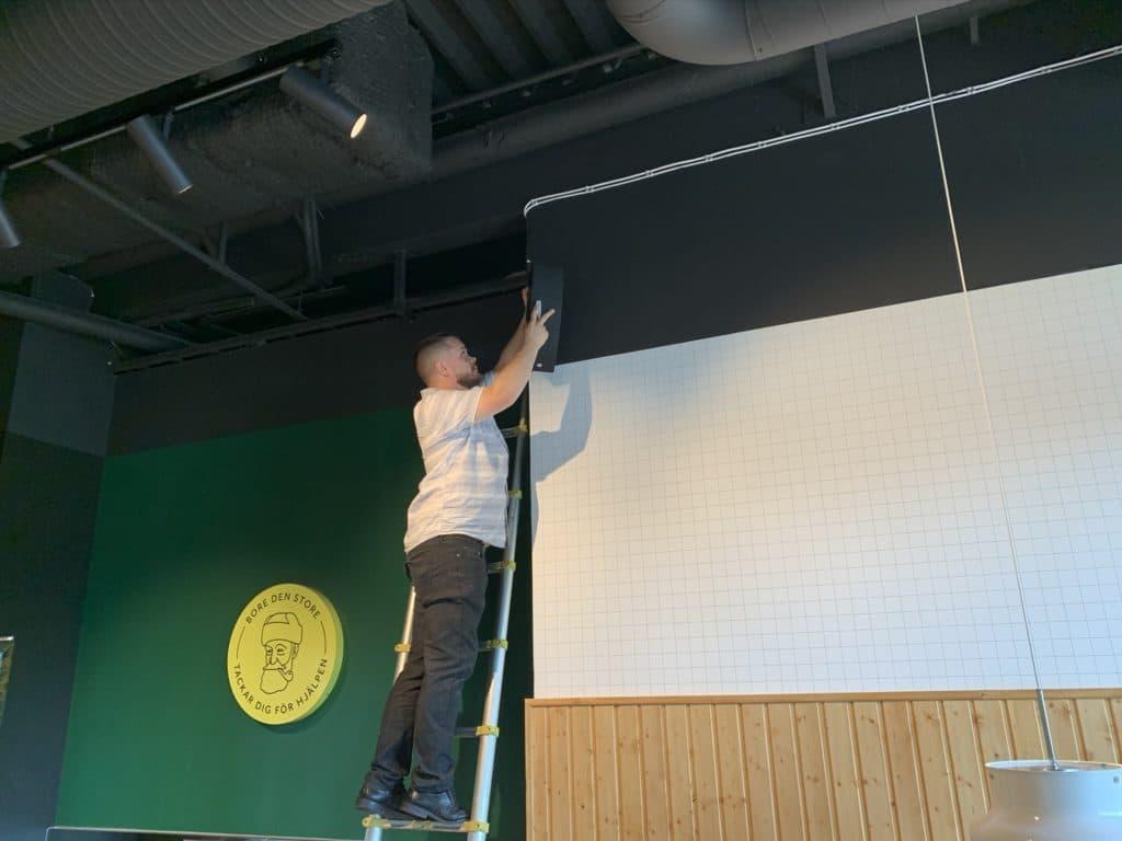 Högtalare installeras i restarurang